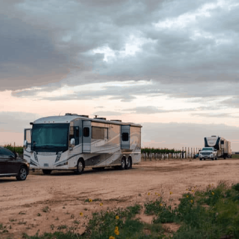 RV campers by Oswald Vineyard enjoying the vineyard and sunset